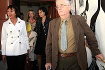 Předsedou komise, která už ve středu rozhodne o vítězi klání Evropské hlavní město kultury 2015, Sir Robert Scott z Velké Británie a členka komise Olga Poivre d´Arvor-Kubelková (Francie/ČR, zcela vlevo) při úterní návštěvě Staré Arény.