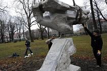 Do sadu Jožky Jabůrkové ve čtvrtek před polednem přijelo nákladní auto. Přivezlo novou sochu, která nyní park zdobí.