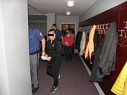 Většina obžalovaných je v současné době ve vazbě. K soudu je přivedla vězeňská eskorta.