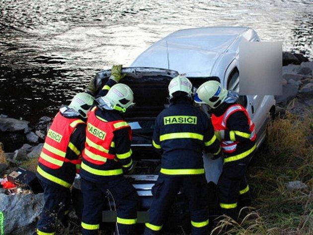 O velkém štěstí může mluvit pětadvacetiletý řidič dodávkového vozidla Citroën Berlingo, který v pondělí dopoledne málem skončil v řece Ostravici.