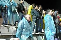 """Verner Lička ctí klubové barvy, což potvrdil i na stadionu v Antalyi, kde si koupil modrou pláštěnku. """"Ta červená se mi nelíbila, jsme přece Baník, tak jsem vzal modrou,"""" usmál se Lička."""