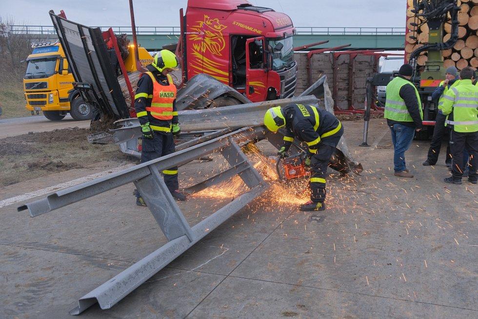 V pátek ráno došlo na dálnici D1 na 338. kilometru ve směru na Olomouc a dále na Brno, vkatastru Velkých Albrechtic, kdopravní nehodě polského kamionu Scania. Dálnice byla uzavřená, provoz se znovu podařilo obnovit po 13. hodině.