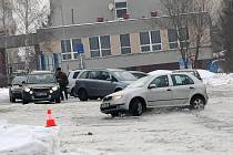 Škola smyku se uskutečnila v areálu VŠB v Ostravě-Porubě. Za přítomnosti instruktorů si zde mohli zájemci vyzkoušet jízdu na zledovatělém povrchu vozovky.
