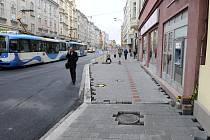 Chodník naproti ústí do Stodolní ulice v Ostravě, kde se scházejí jednotlivé etapy rekonstrukce Nádražní ulice.