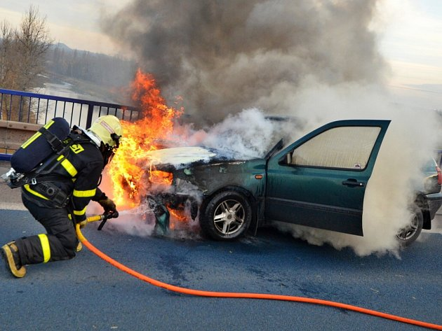 K požáru staršího osobního vozidla Volkswagen Golf vyjížděli ve čtvrtek ostravští hasiči.