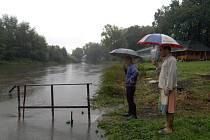 Lidé s obavami sledují stoupání hladiny řek