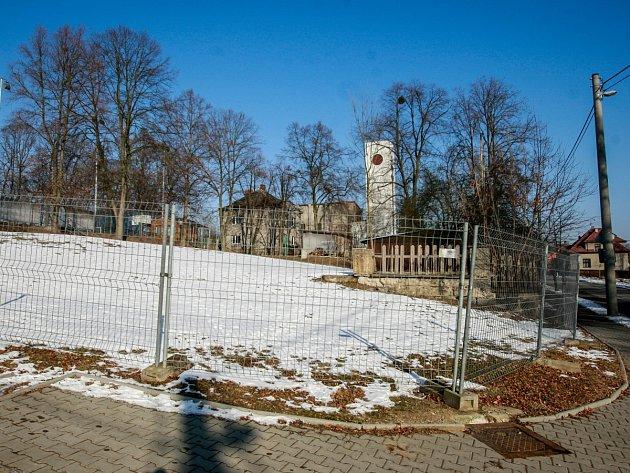 Na místě někdejší Sokolovny je dnes prázdný oplocený pozemek.
