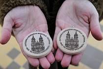 Návštěvníci Katedrály Božského spasitele v Ostravě si mohou nově zakoupit ve zdejším informačním stánku dřevěnou turistickou známku.