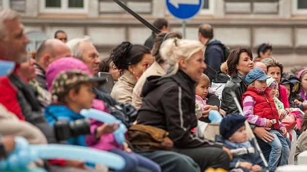 Zahájení divadelní sezóny na náměstí Msgre. Šrámka v Ostravě.