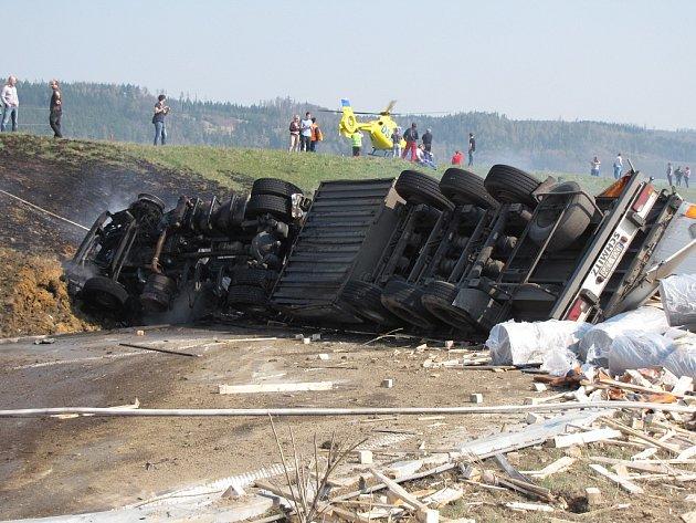 Nehoda a požár kamionu na D1 u Bělotína.
