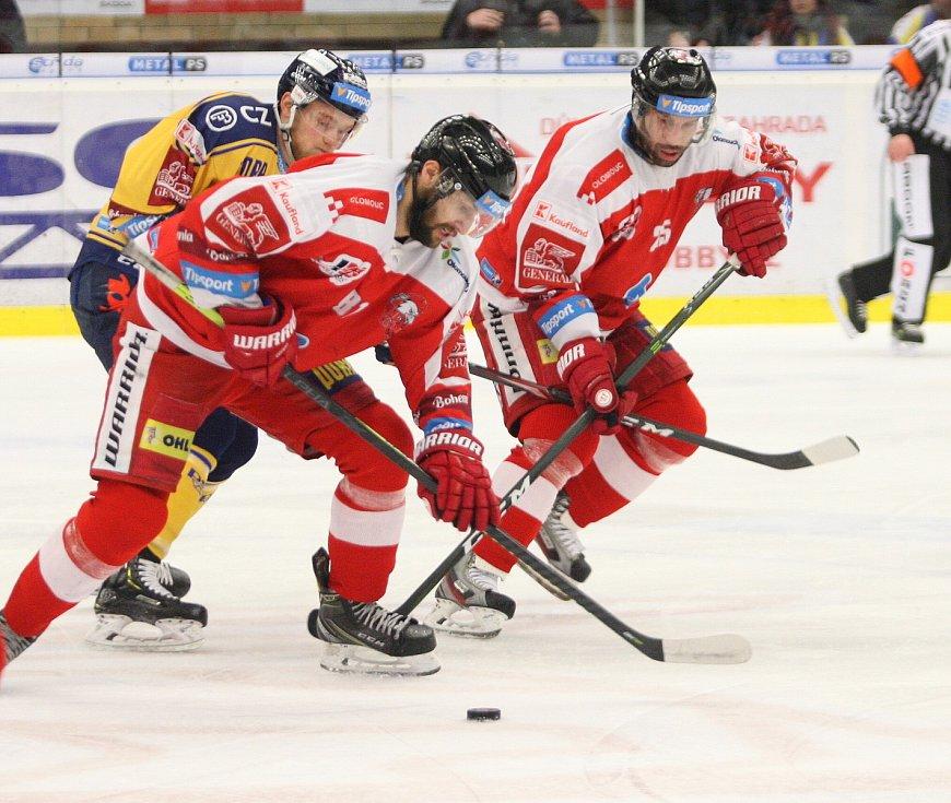 Extraligoví hokejisté PSG Berani Zlín (ve žlutém) v posledním předvánočním zápase v rámci 29. kola doma v derby hostili Olomouc. Na snímku Kolouch, Irgl.