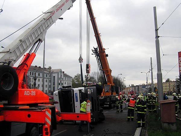 Uhašený kamion museli hasiči postavit zpátky na kola