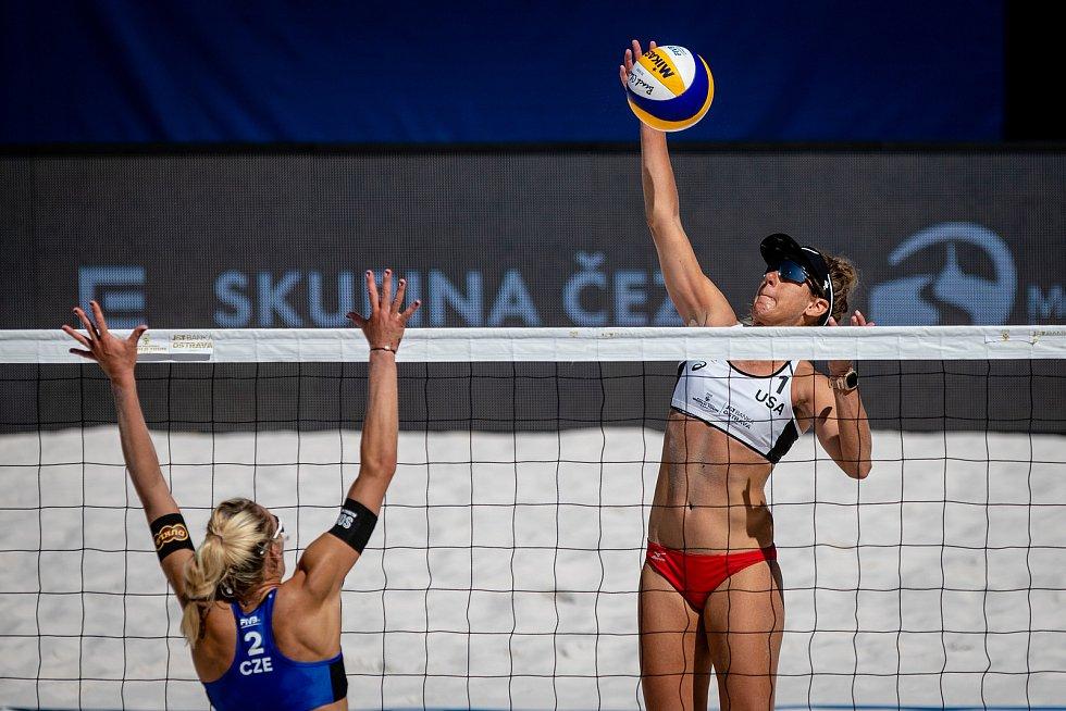 J&T Banka Ostrava Beach Open, 3. června 2021 v Ostravě. Michala Kvapilová (CZE) a April Ross (USA).