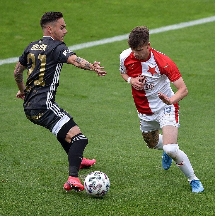 Utkání 29. kola první fotbalové ligy: FC Baník Ostrava - SK Slavia Praha, 10. června 2020 v Ostravě. Zleva Daniel Holzer z Ostravy a Patrik Hellebrand ze Slavie.