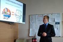 První držitel titulu Ph.D. z Lékařské fakulty OU Petr Ostruzska.