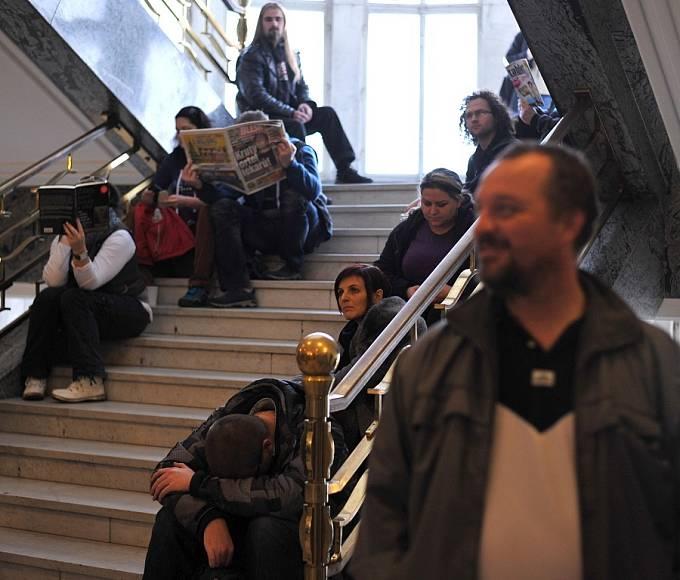 Na výměnu řidičských průkazů v pondělí čekaly stovky lidí.