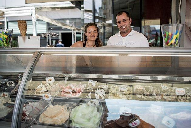 Majitel Cafe Mozart, Chorvat Meti s provozní kavárny Monikou Kratinovou ve svém zmrzlinovém království.