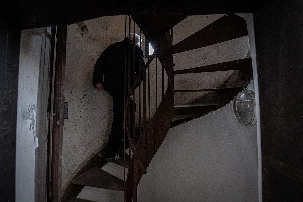 Na cestě za zvony v ostravské Katedrále Božského Spasitele. František Urban na schodišti, které vede do věže, březen 2021 v Ostravě.