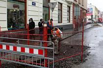 Janáčkova ulice v centru města byla rozkopána  kvůli opravám kanalizace a vodovodního potrubí rozkopaná. Konec oprav se už ale blíží.