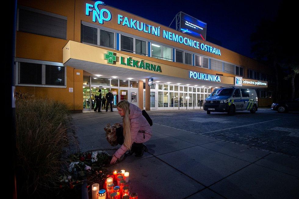 Před fakultní nemocnicí vzniká pietní místo.