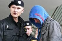Muž, který v září hrubě napadl a po dobu čtyř hodin znásilňoval mladou dívku ve Slezské Ostravě, byl včera vzat do vazby na Okresním soudě v Ostravě-Porubě.