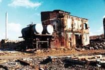 Z někdejší malé továrny na sodu vyrostl v Hrušově chemický kolos. Půda zde ale není tak kontaminována jako na Karolině, obsahuje jen anorganické látky.