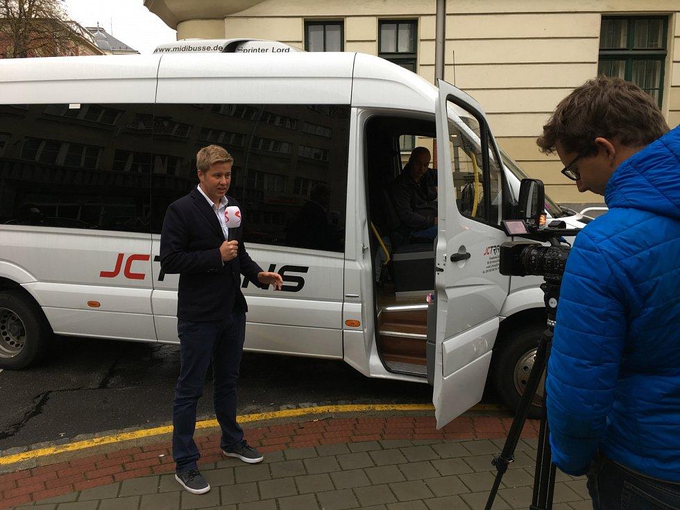 V rámci předvolebního projektu Deník-bus jsme vyrazili s lídry 10 politických stran z Ostravy za voliči na Karvinsko.