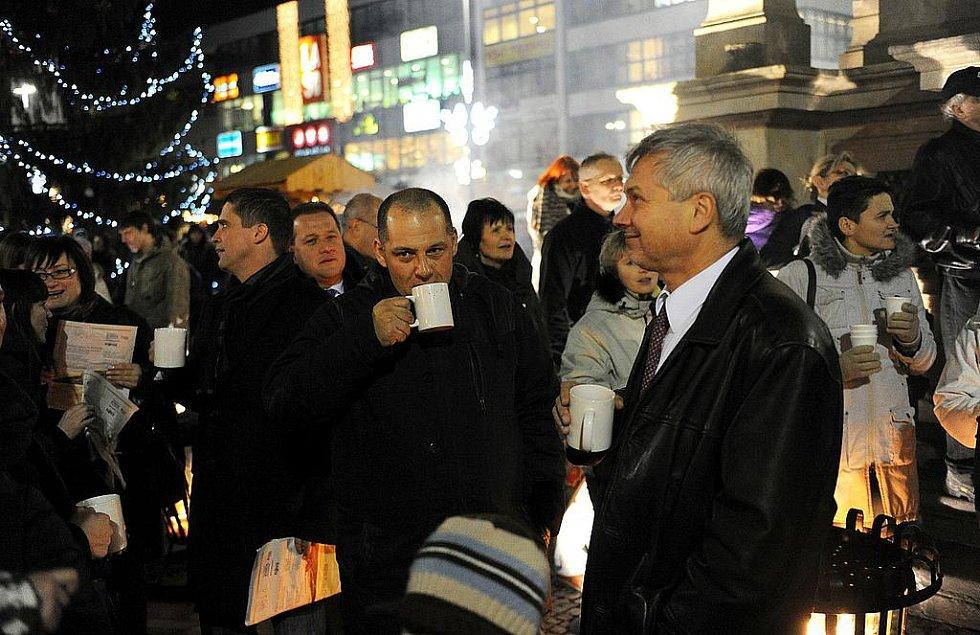 Zpívání koled na Masarykově náměstí.