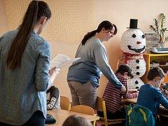 Miloslava Jurečková pomáhá ve 3.A u třídní Michaely Moudré se třemi handicapovanými dětmi.