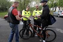 Ostravští strážníci společně s policisty vyrazili mezi cyklisty. Tento týden se hlídky objevily například na cyklostezce v Bělském lese.
