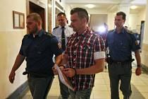 Petr Kramný na chodbě ostravského krajského soudu.