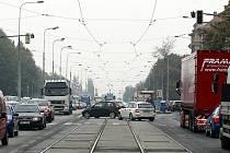 Frekventovanou křižovatku ulic 17. listopadu a Dr. Slabihoudka v těsné blízkosti Nové auly VŠB-TUO a fakultní nemocnice v Ostravě-Porubě budou od 15. listopadu řídit semafory.