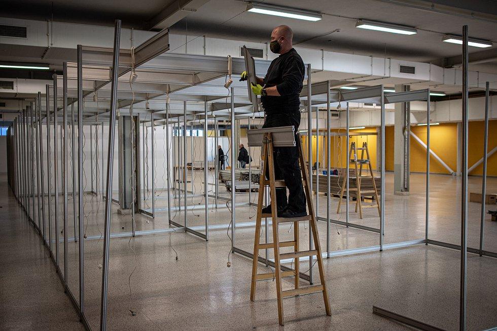Na výstavišti Černá louka pokračuje výstavba očkovacího centra, které by mělo sloužit pro očkování veřejnosti proti onemocnění koronavirem (COVID-19), 21. ledna 2021 v Ostravě.