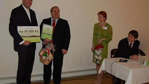 V kategorii malých firem si od náměstka hejtmana Miroslava Nováka (vpravo) převzal diplom a jako jediný také finanční odměnu Michal Ožana (vlevo) z vedení společnosti OCHI – Inženýring.