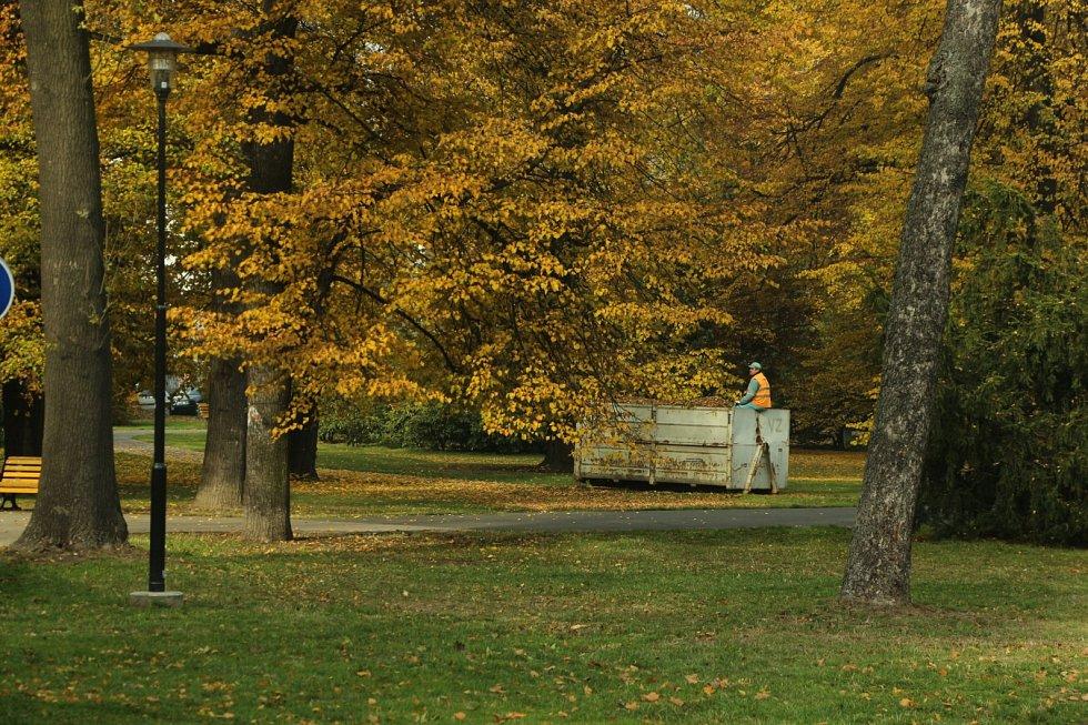Podzimní procházka například kolem Ostravice a v Komenského sadech dokáže neskutečně zahřát pestrou škálou barev.