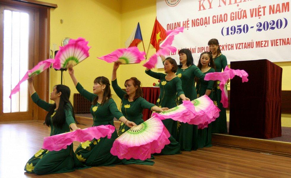 """SVÁTEK přeložený jako """"Střed podzimu"""" slavila ostravská vietnamská komunita i s hosty v městském kulturním domě."""