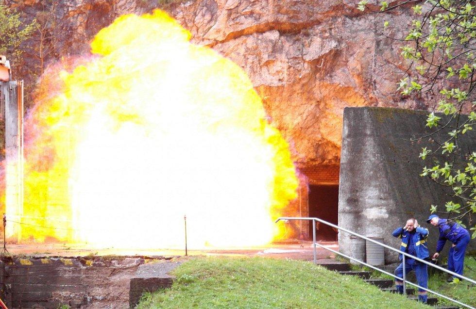 """Ohnivá koule po dvoustranně ohraničené explozi osmi kilogramů uhelného prachu. I tento pohled se naskytl horníkům a hasičům na bezpečnostním """"emočním"""" školení ve Štramberku. Poznali zde, co dokážou prachy a důlní plyn."""