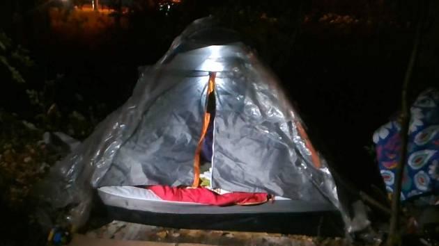 Bezdomovci v Ostravě spali ve stanu s batoletem. Říjen 2021.