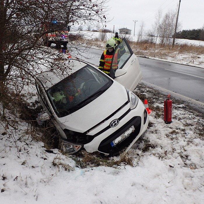 Sjetí osobního automobilu do příkopu v Kobeřicích-Hněvošicích (okres Opava) se zraněním řidičky. Vyproštění a odtah si zajistil majitel auta.