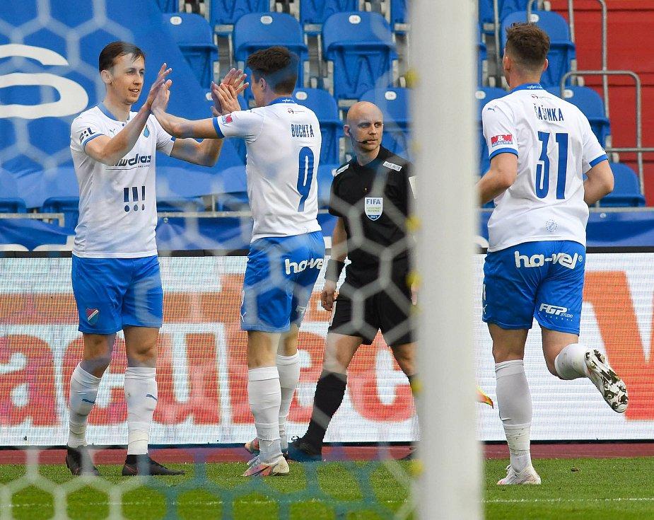Fotbalisté Baníku Ostrava (v modro-bílém) v duelu 28. kola FORTUNA:LIGY s Mladou Boleslaví (2:1). Domácí slaví vítězný gól. Vlevo jeho autor Daniel Tetour.