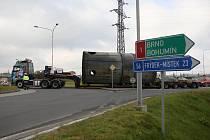 Nadměrný náklad, tří skruže, byly postupně v pátek dopoledne transportovány zpět do areálu společnosti Jan Šverma po úterní nehodě, kdy první z nich uvízla pod mostem dálnice D 1.