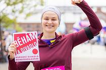 BĚHÁ ZA DIVADLO. Herečka Aneta Klimešová před startem svého prvního závodu na 5 kilometrů.