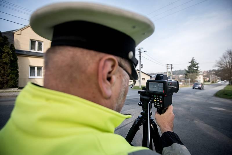 Policista měří rychlost aut. Ilustrační foto.