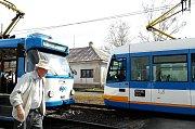 Křížení na trati u zastávky Vřesina, zprava jede tramvaj ze směru od Zátiší, zde měl před deseti lety Petr Hroch počkat na soupravu v protisměru.