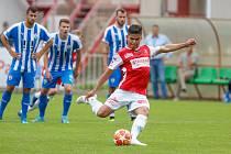Utkání Fobalové národní ligy mezi FK Pardubice (ve červenobílém) a MFK Vítkovice (v modrobílém) na hřišti pod Vinicí v Pardubicích.