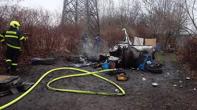 Hasiči přívěs rychle uhasili, uhořel v něm ale člověk.