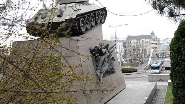 Tank s číslem 051 památník 1. československé tankové brigády.