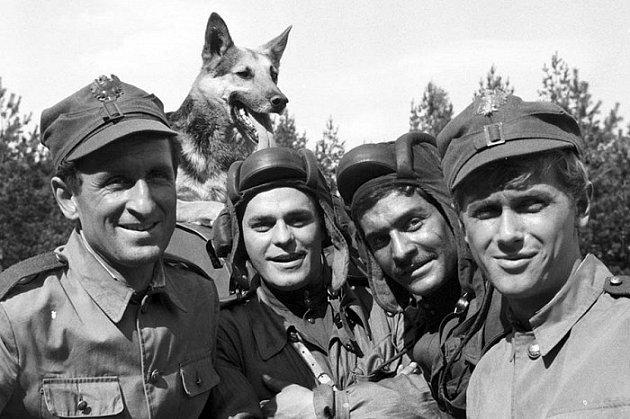 Franciszek Pieczka ve filmu Čtyři ztanku a pes (zleva Franciszek Pieczka, Szarik, Roman Wilhelmi, Włodzimierz Press, Janusz Gajos).