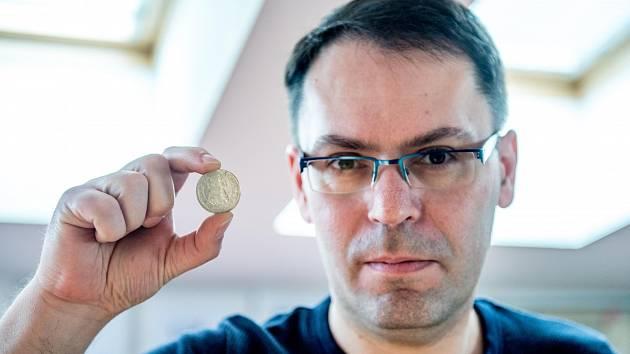 Roman Bertha ukazuje krejcar z roku 1675 z nálezu v Ostravě-Muglinově s podobiznou římského císaře Leopolda I., jemuž se posměšně říkalo pyskatý král (na minci ve výřezu na straně 1). Celkem se našlo 122 mincí.