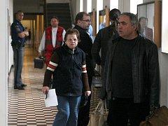 Šestapadesátiletá Marie Jopková na chodbě ostravského krajského soudu.